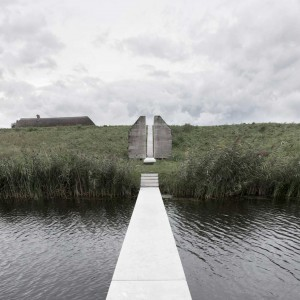 A seemingly indestructible bunker with monumental status is sliced open. The design thereby opens up the minuscule interior of one of NDW's 700 bunkers, the insides of which are normally cut off from view completely. In addition, a long wooden boardwalk cuts through the extremely heavy construction.
