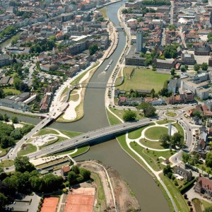 The area of the Leie in Kortrijk's town centre is the subject of major changes. The water course needed to be adapted to the new European norms for inland waterway traffic and the Leie has therefore been straightened and widened.