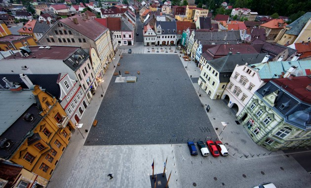 The main idea behind the design of the reconstructed square in Frýdlant was to create an open, unobstructed public space – a square that allows residents and visitors to enjoy all types of activities. The use of three types of paving tiles, two types of stone and the patterns in which these were laid differentiates various types of spaces on the square.