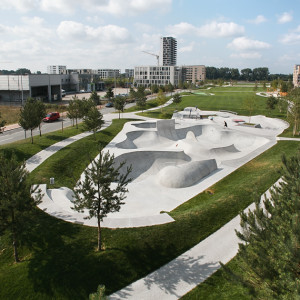 The Überseepark, a naturally designed landscape park with sports facilities, is located within the development structure of the Überseestadt, which is characterised by residential and administration buildings, as well as existing, older, port industry buildings.