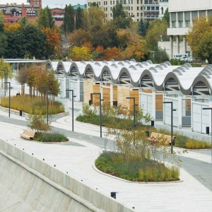 The Krymskaya embankment in Moscow has received a thorough facelift. New territories were joined with the Muzeon Park of Arts, no longer hidden behind a fence, that now stretches all the way to the banks of the Moskva river.