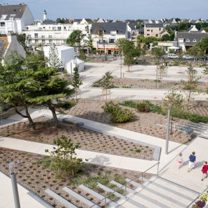 The project aims to re-establish the link between the city centre and waterfront by creating a large planted esplanade where the market can be held. This element helps link three existing gardens to create a green corridor from the jardin de Brétinio to place Hoche.